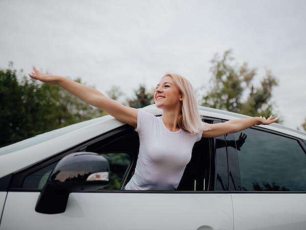 車の窓に若い女性
