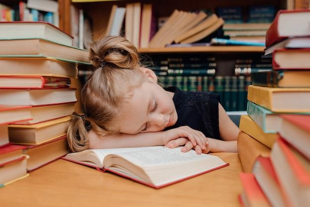 図書館で読んでいるかわいい女の子