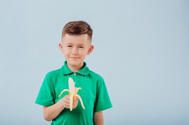 新鮮なバナナを食べるかわいい男の子