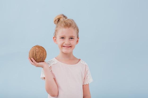 新鮮なココナッツとかわいい女の子