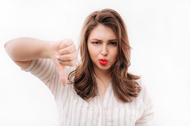 Недовольная женщина жестом пальца вниз