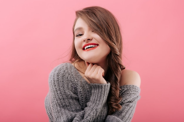 Молодая красивая женщина улыбается