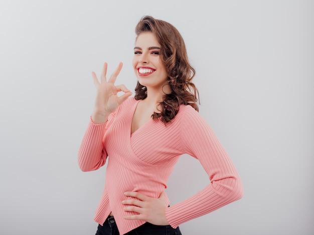 セーターの魅力的な笑顔の女性