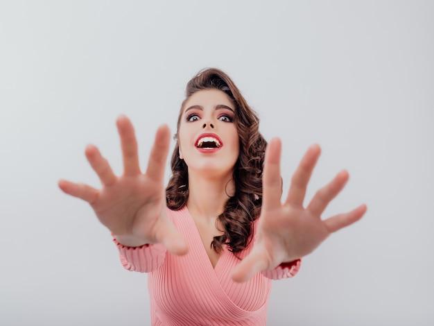 Взволнованная женщина, вытянув руки