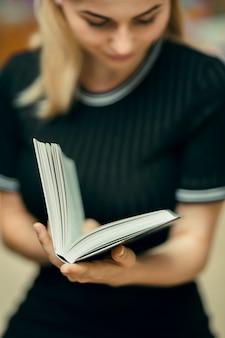 図書館で本を読む学生