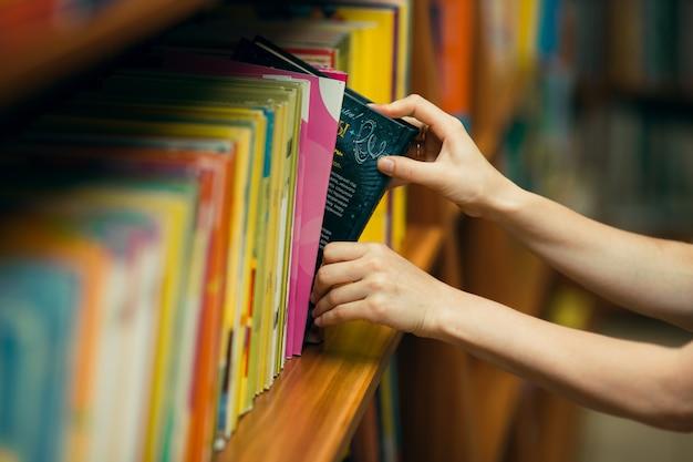 図書館で本を探している学生