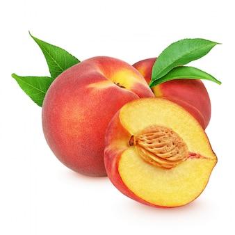 Красные персики с листьями