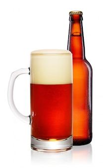 Коричневая бутылка и кружка пива на белом фоне