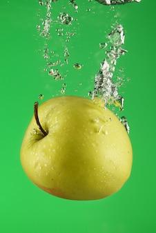 水の下で青リンゴ