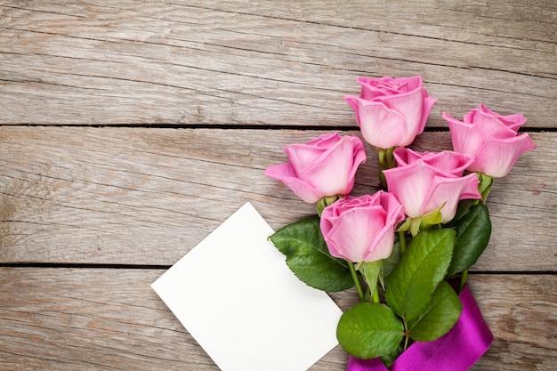 ピンクのバラとバレンタインの日空白グリーティングカードまたはフォトフレーム