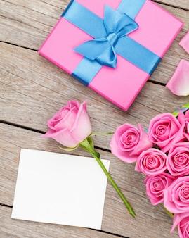 ピンクのバラとバレンタインの日グリーティングカードまたはフォトフレームとギフトボックス