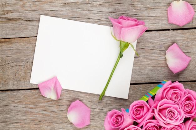 バレンタインの日グリーティングカードまたはフォトフレームとピンクのバラのギフトボックス