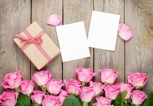 フォトフレーム、ギフトボックス、ピンクのバラ