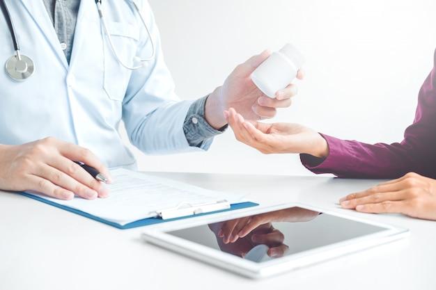 医師または医師が男性患者にピルの処方箋を推奨する