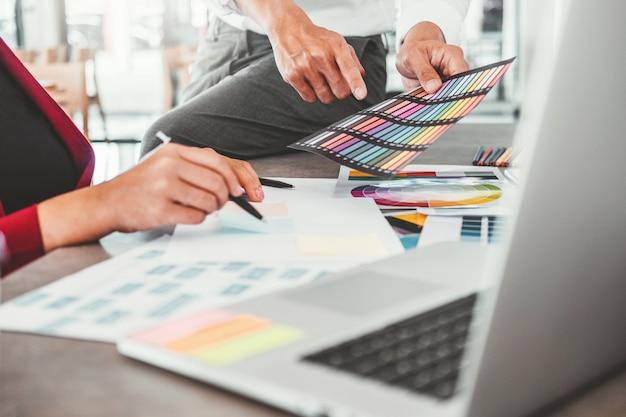 カフェでの成功作品プロジェクトのためのチーム創造的事業計画と新しいアイデアの思考