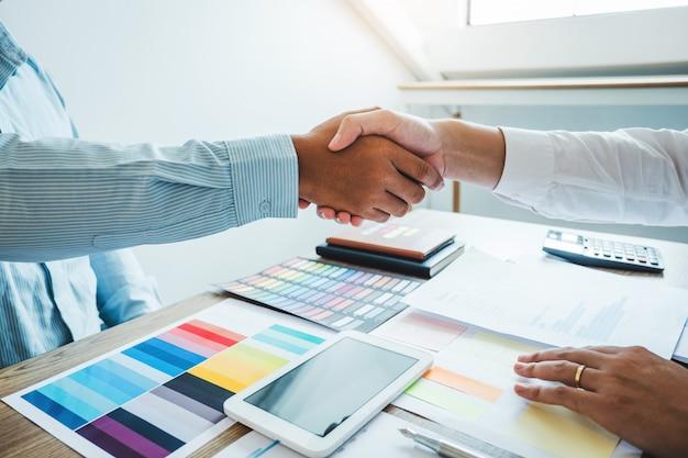 会議中に握手を交わしているビジネス関係者が、新しいパートナー計画戦略分析の契約に署名する
