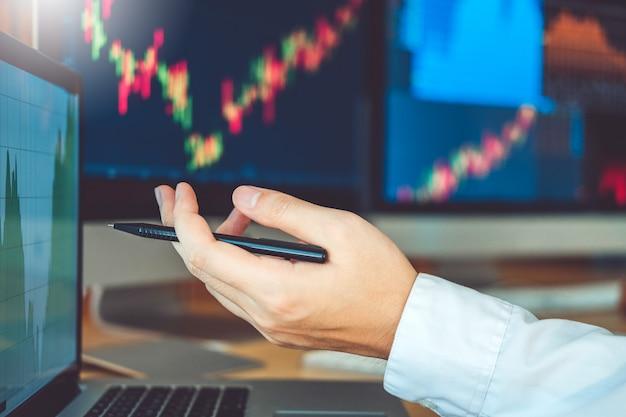 ビジネスチーム投資起業家トレーディング議論および分析グラフ株式市場取引、株価チャートの概念