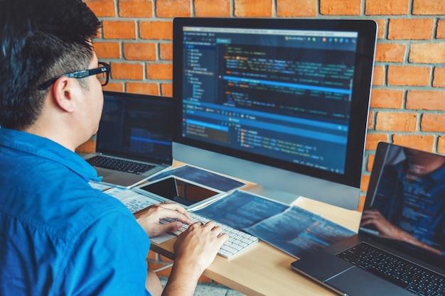 ソフトウェア会社のオフィスストックで働く開発ウェブサイトのデザインとコーディング技術
