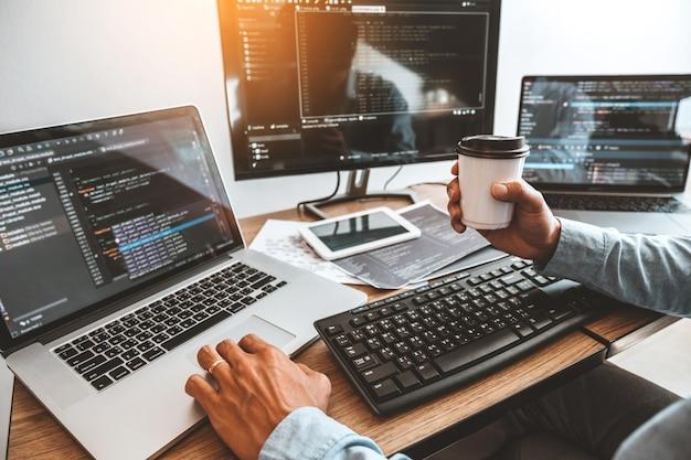 ソフトウェア会社のオフィスで働くプログラマー開発ウェブサイトのデザインとコーディング技術の開発