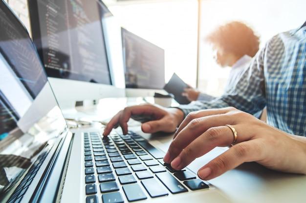 プログラマーの開発チーム開発ウェブサイトの設計とソフトウェア会社のオフィスで働くコーディング技術