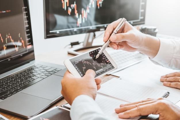 投資株式市場起業家ビジネスチームの議論と分析グラフ株式市場取引、株価チャートの概念
