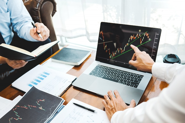 ビジネスチーム投資起業家トレーディング議論および分析グラフ株式市場取引、株価チャートのコンセプト