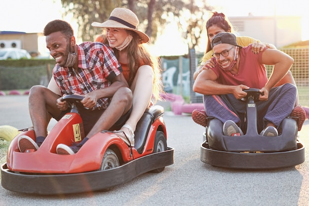 Молодые люди с маской на улыбающемся и веселом на мини-гонках
