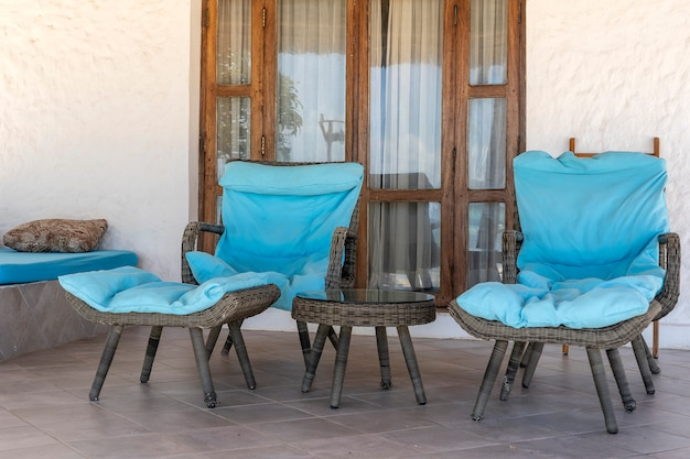 Красивая терраса с двумя шезлонгами возле тропического пляжа у моря на острове занзибар, танзания, африка