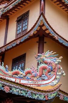 Красочная скульптура дракона на крыше в буддийском храме в дананге, вьетнам