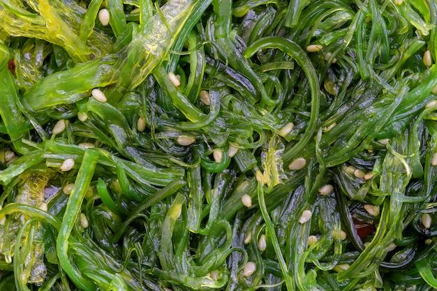 Салат из морских водорослей с кунжутом и красным перцем