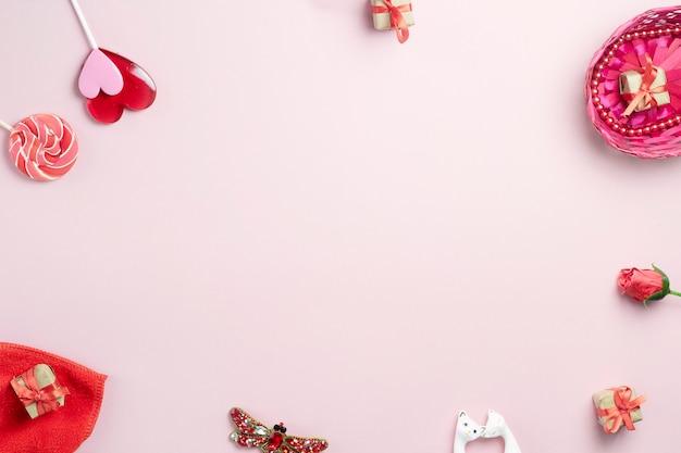 ピンクの背景に愛とお祝いを象徴するオブジェクト