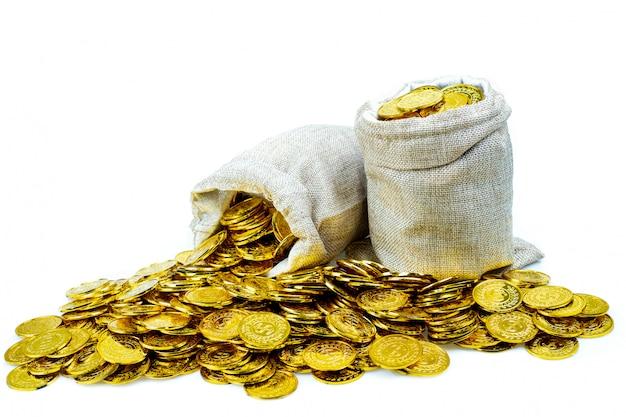 Укладка золотых монет в мешок с сокровищами на белом фоне