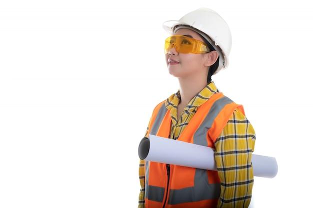 Инженер-строитель держит чертеж плана, смотрит вперед и думает