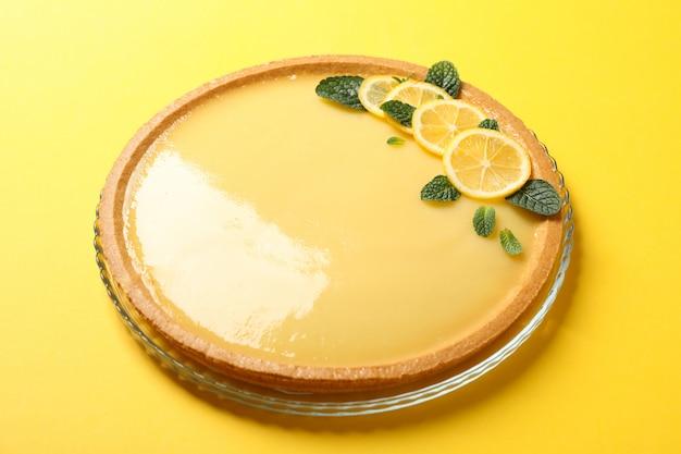 Стеклянный поднос с лимонным пирогом на желтом, крупным планом