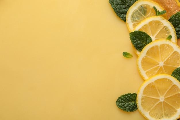 Ломтики лимона и мята на лимонном пироге, место для текста