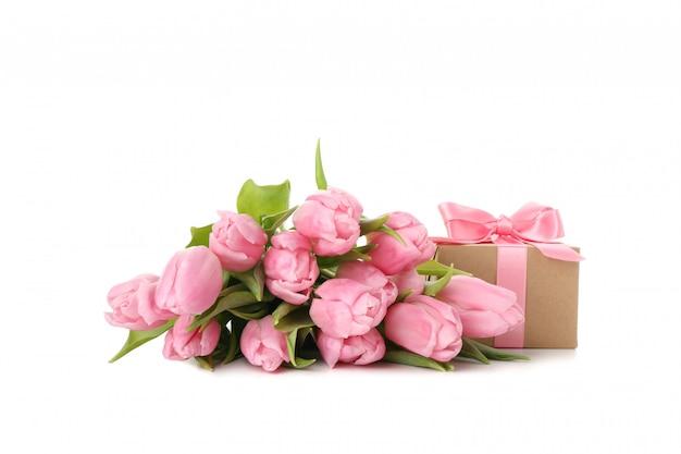 チューリップと白い背景で隔離のギフトボックスの花束
