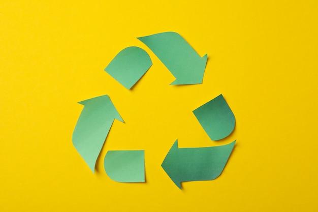 黄色の背景、トップビューでサインをリサイクル