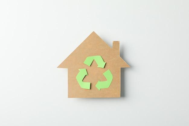 白い背景の上の記号をリサイクルで段ボールの家、テキスト用のスペース