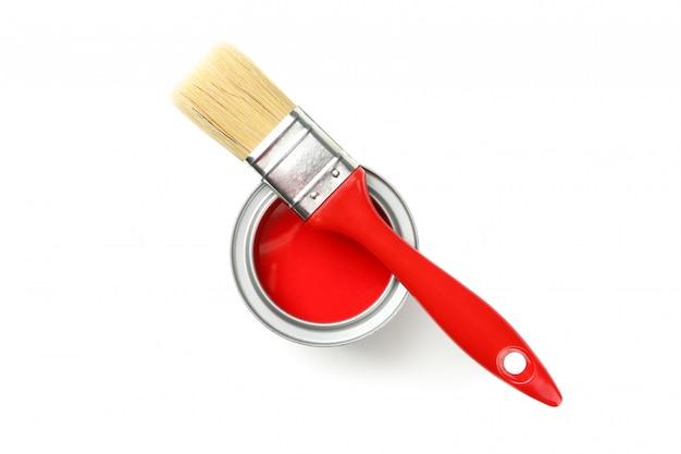 白い表面上に分離されて赤いペイントブラシ