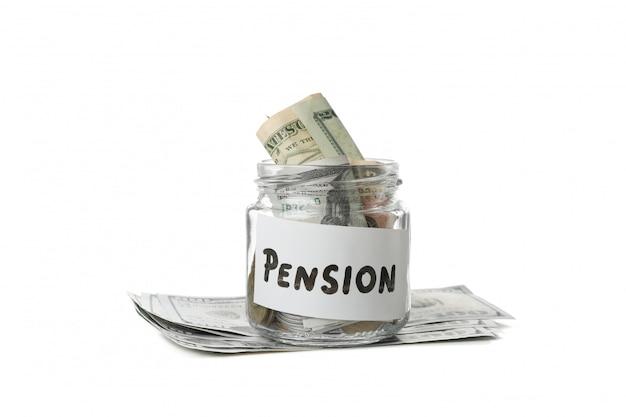 Стеклянная банка с деньгами и надписью пенсии, изолированных на белой поверхности