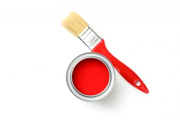 赤いペンキと分離された白で隔離されるブラシ