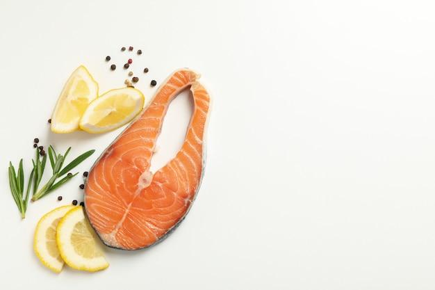 サーモン肉とスパイスホワイトの分離、トップビューで構成