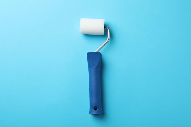 青色の背景、テキスト用のスペースにペイントローラー