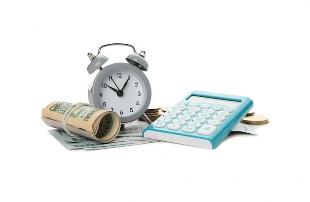 電卓、目覚まし時計、白で隔離されるお金