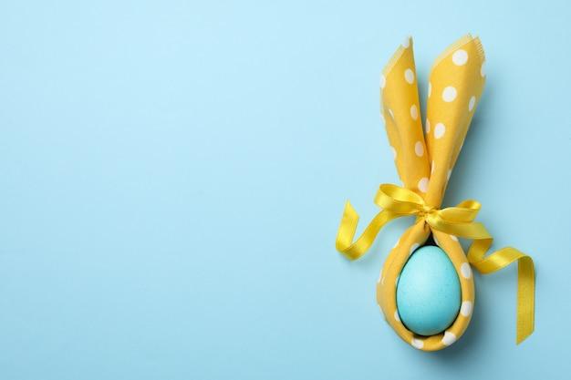 青い表面にバニーの耳をイースターエッグ