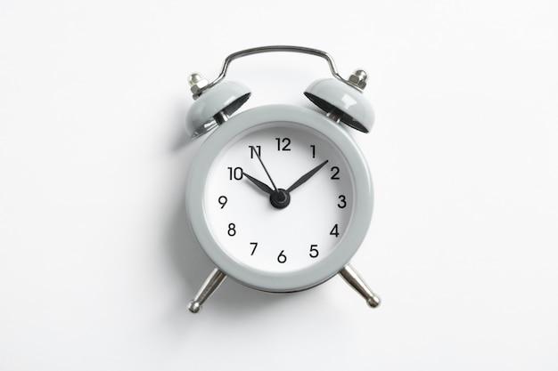白、テキスト用のスペースにレトロな目覚まし時計