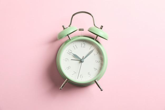色、テキスト用のスペースにレトロな目覚まし時計