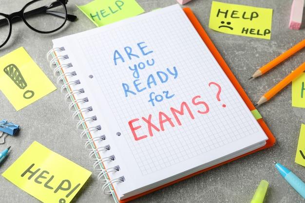 碑文試験の準備はできていますか?灰色の表面のヘルプ、クローズアップ