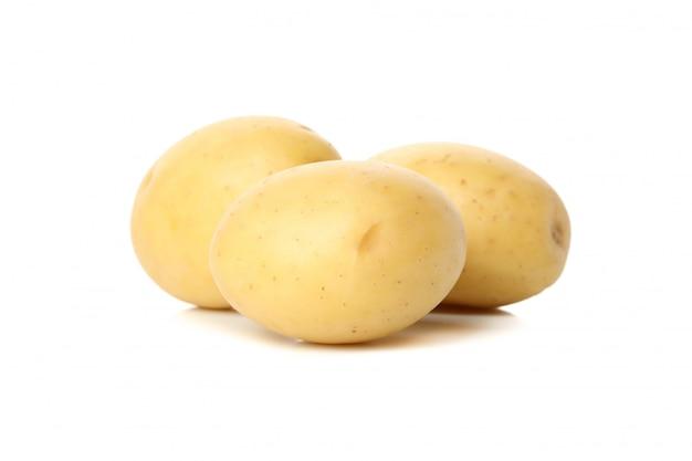 白い表面に分離された熟した若いジャガイモ