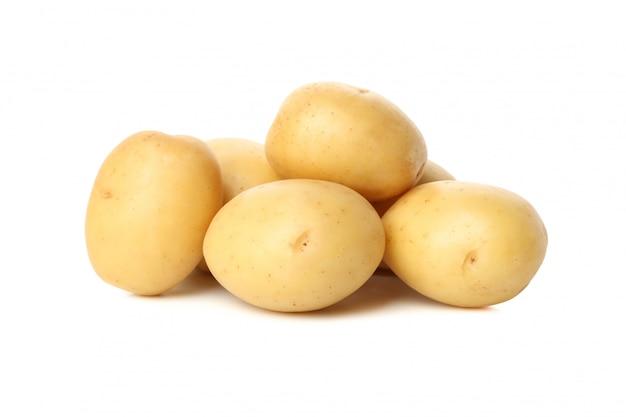 白い表面上に分離されて若いジャガイモのヒープ